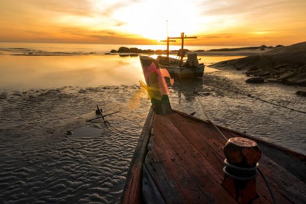 Boot und sonnenaufgang