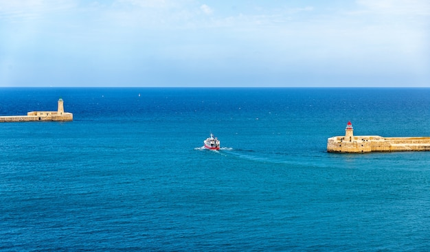 Boot verlässt den hafen von valletta malta