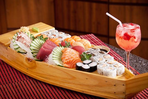 Boot von sushi mit erdbeercocktail Premium Fotos