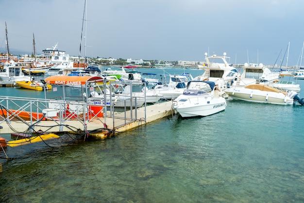 Boote am pier im hafen
