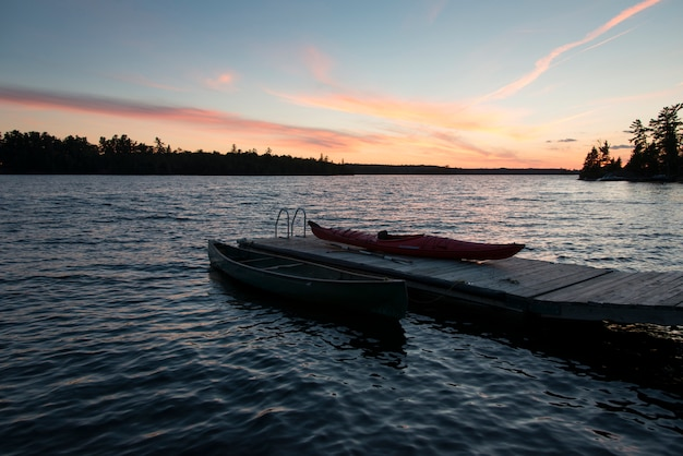 Boote an einem dock, kenora, see des holzes, ontario, kanada