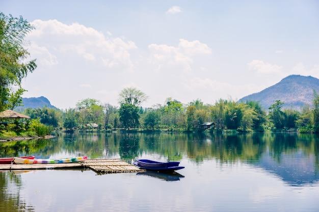 Boote angedockt auf einem bergsee in der landschaft
