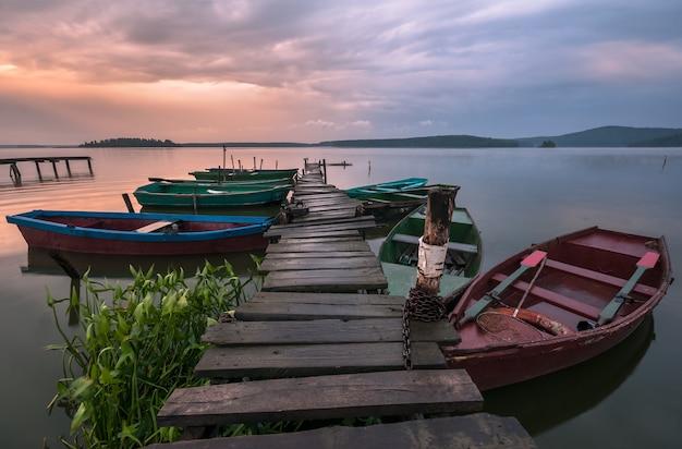 Boote auf dem pier nach regen
