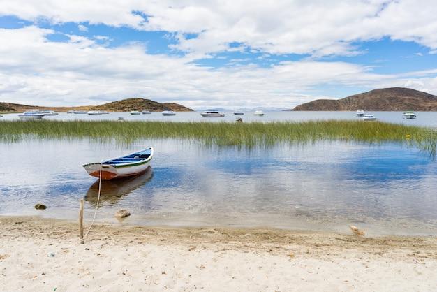 Boote auf der insel der sonne, titicaca see, bolivien