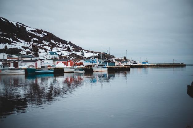 Boote auf dock nahe berg während des tages