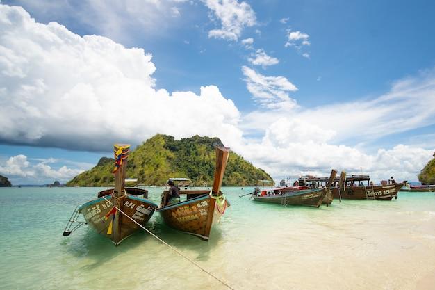 Boote des langen schwanzes am schönen strand, thailand