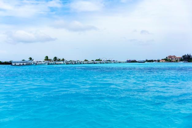 Boote, die an den häfen der malediven in malé anlegen und darauf warten, touristen abzuholen, der republik malediven