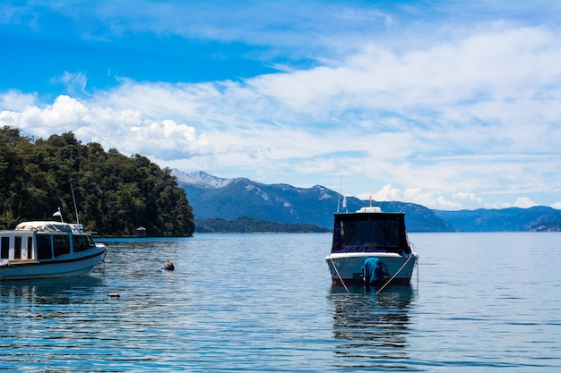 Boote, die auf ruhigem seewasser segeln.