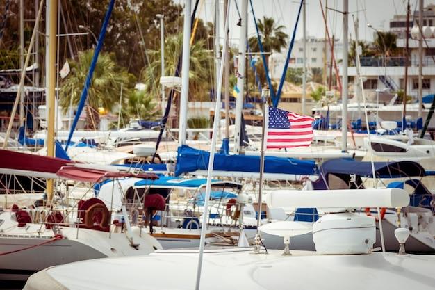 Boote, die in einem hafen angedockt sind