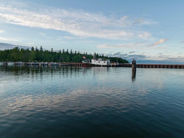 Boote entlang dock, lake winnipeg, riverton, hecla grindstone provincial park, manitoba, kanada