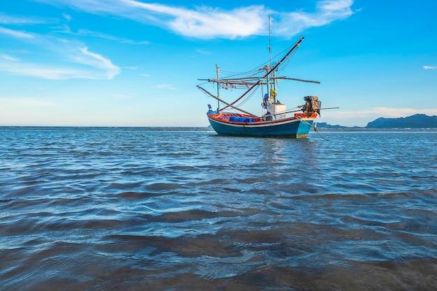 Boote geparkt am meer und dem schönen himmel