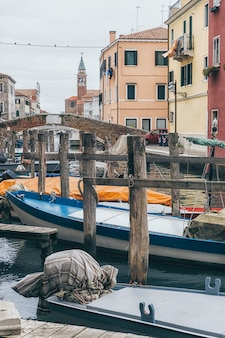 Boote in den kanälen der chioggia-altstadt in venetien, italien