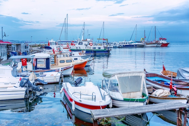 Boote in der marina am abend. schöne landschaft in der abenddämmerung.