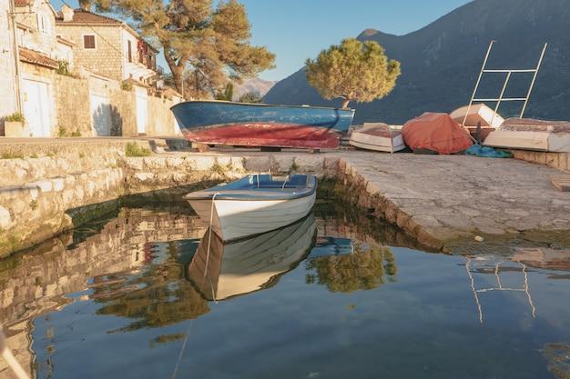 Boote in der nähe der küste in der stadt perast montenegro