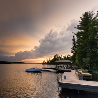 Boote machten an einem dock im see, see des holzes, ontario, kanada fest