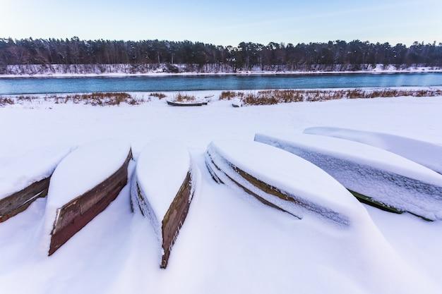 Boote mit dichtem schnee in litauen im winter bedeckt