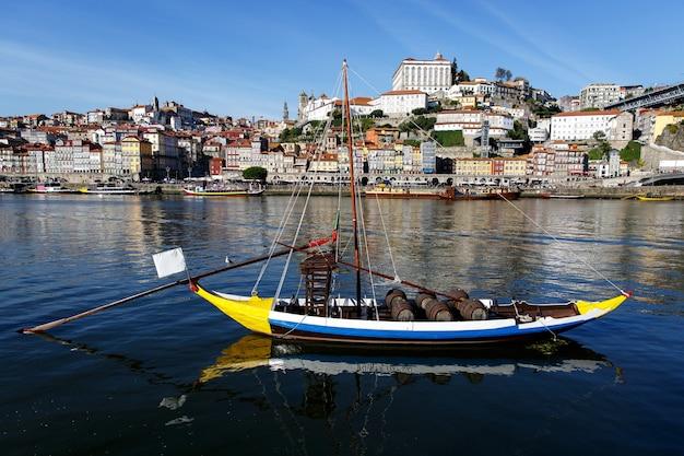 Boote mit porto wein in porto, portugal. douro river, tageslicht