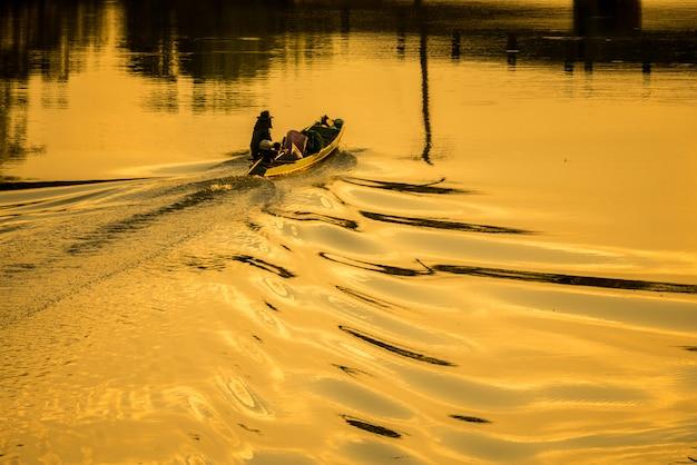 Boote und fischer am fluss ruhig.