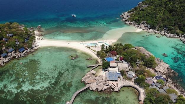 Boote und pier in der nähe von kleinen inseln. blaues meer und strände am sonnigen tag in thailand. nang yuan, koh tao