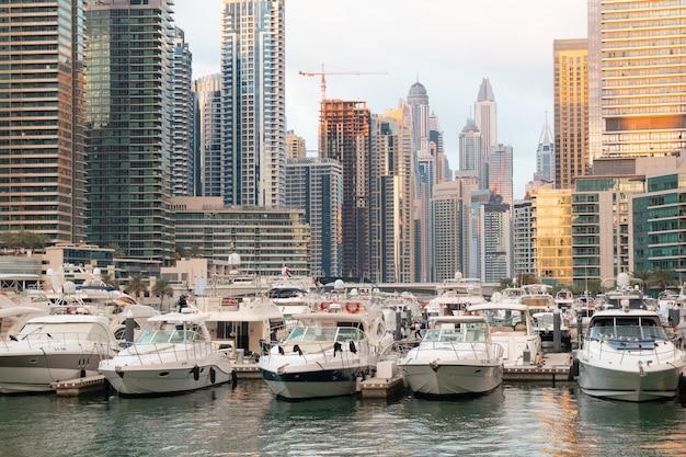 Boote, yachten und wolkenkratzer in dubai marina