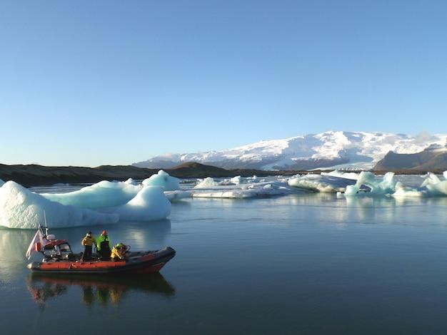 Bootfahren unter den eisbergen auf der jokulsarlon-gletscherlagune, südisland