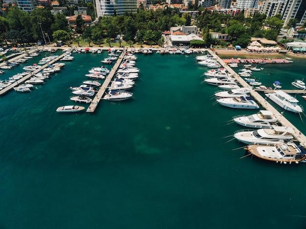 Bootsanlegestelle und yachthafen in budva montenegro luftbild von der drohne