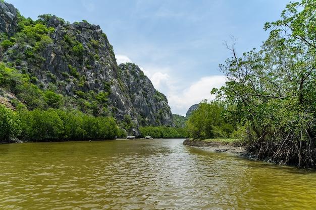 Bootsfahrt auf dem khlong-daeng-kanal im nationalpark khao sam roi yot, provinz prachuap khiri khan