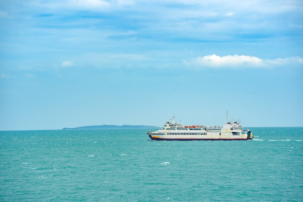 Bootsfahrt auf see und blaue himmelswolke im sommer