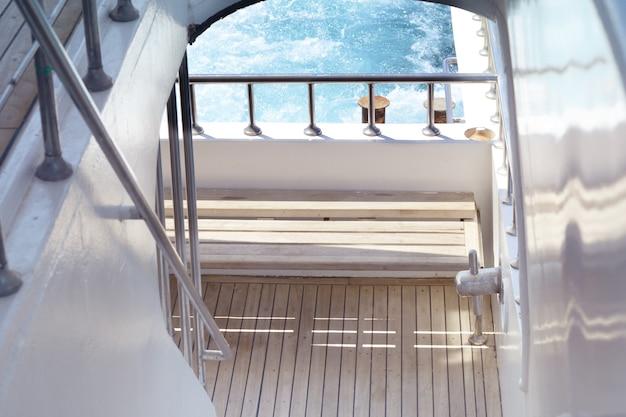 Bootsleiter, deck am heck der yacht an einem strahlend sonnigen tag und wunderschönes blaues meerwasser.