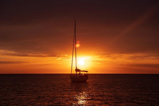 Bootsschifffahrt im meer bei sonnenuntergang