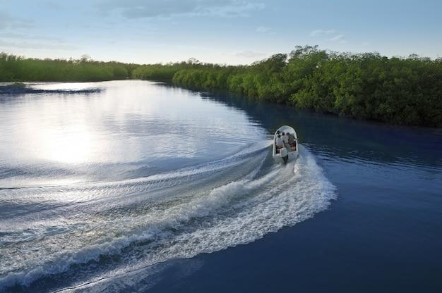 Bootsschiffnachlaufstützenwaschungs-sonnenuntergangseefluß