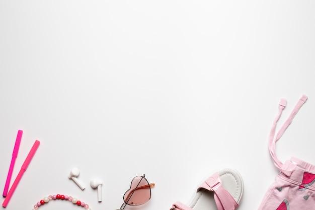 Border design draufsicht mit kopie raum strand sommerurlaub mädchen zubehör auf weißem hintergrund