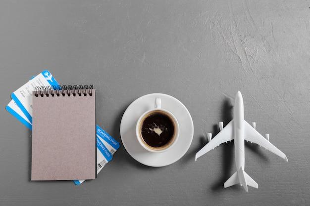 Bordkarte und spielzeugflugzeug auf tischplatteansicht