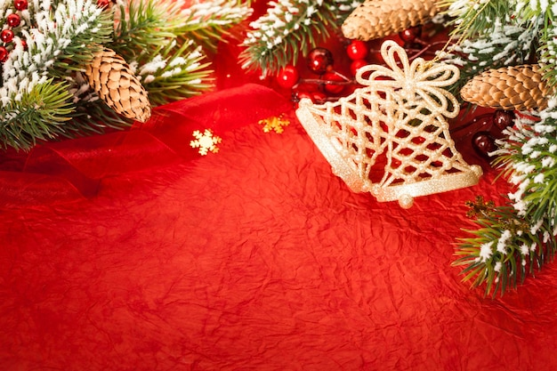 Bordüre aus christbaumschmuck auf rotem papier