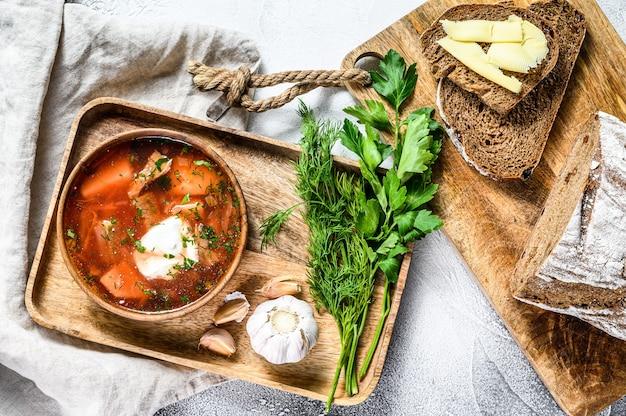 Borsche rote-bete-suppe in einer holzschale