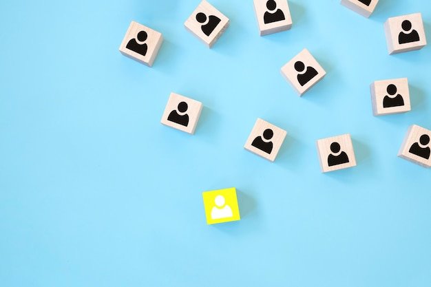 Boss-konzept mit ikonen auf holzwürfeln, blauer hintergrund. das konzept des personalmanagements.