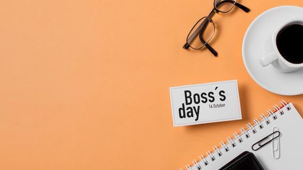 Boss's day sortiment auf orangefarbenem hintergrund mit kopierraum