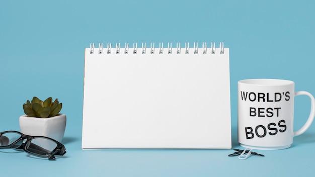 Boss tagessortiment auf blauem hintergrund mit leerem notizblock
