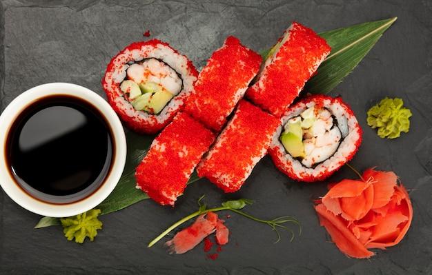 Boston oder kalifornien sushi rollt auf schwarzem schiefer