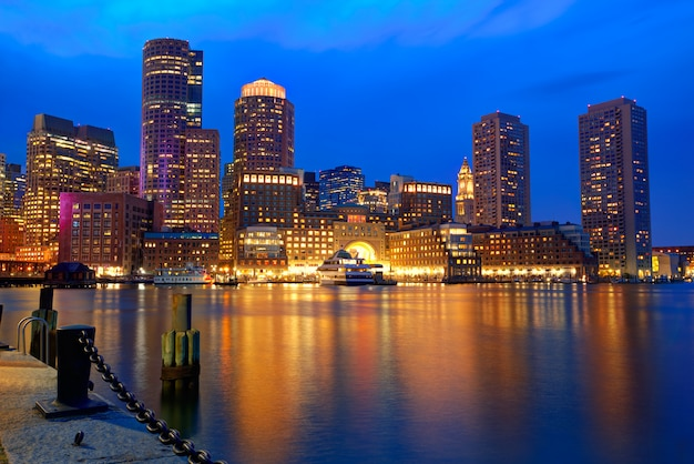 Boston-sonnenuntergangskyline am fan pier massachusetts