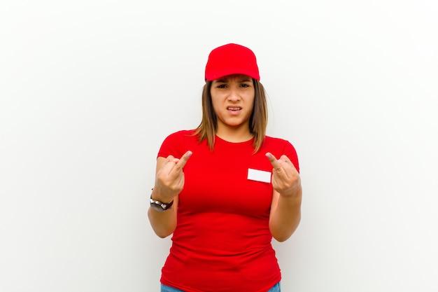 Botenfrau, die sich provokativ, aggressiv und obszön fühlt und den mittelfinger mit einer rebellischen haltung bewegt