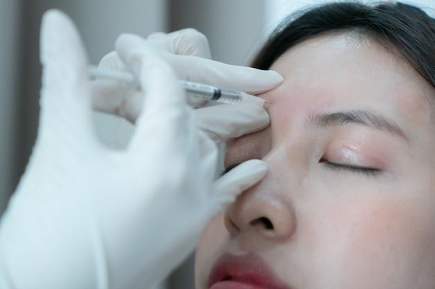 Botox, füllstoffinjektion für asiatisches weibliches gesicht. plastische ästhetische gesichtschirurgie in der schönheitsklinik.