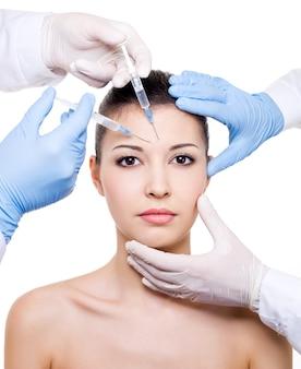 Botox-injektion in die augenbraue auf weiblichem gesicht lokalisiert auf weiß