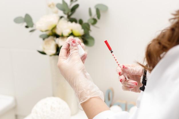 Botox-spritze und injektion in die hände