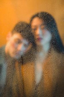 Boudoir-modelle hinter nassem glas