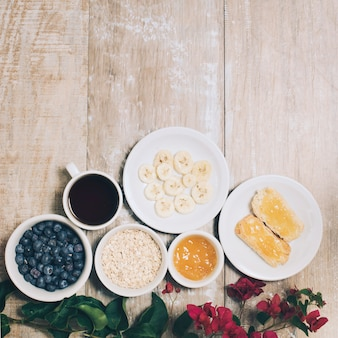 Bouganvilla blüht mit frühstück und kaffee auf planke