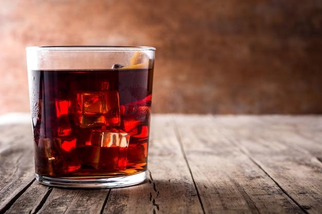 Boulevardier cocktail in einem glas auf einem holztisch