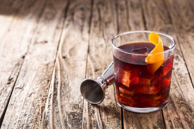 Boulevardier cocktail und orangenschale