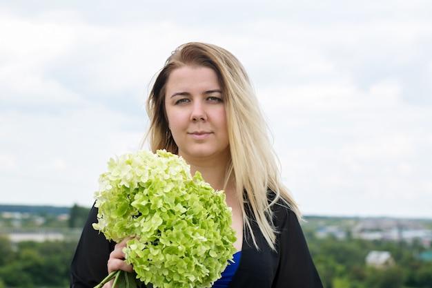Bouquet hortensie in den händen einer frau