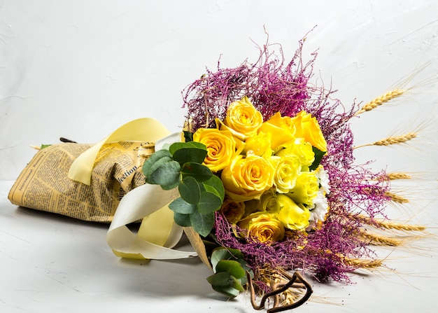 Bouquet im rustikalen stil weizen und gelbe rosen
